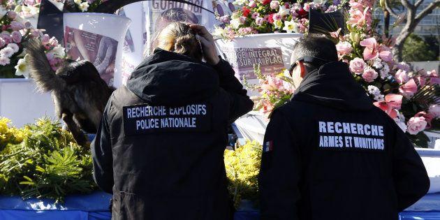 Des policiers et leur chien inspectent un char du 132e carnaval de Nice, le 13 février
