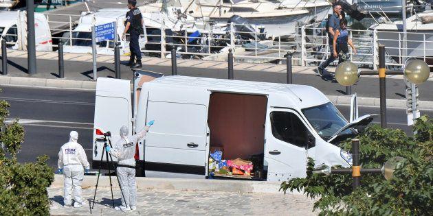 La fourgonnette qui a percuté deux abribus à Marseille, lundi 21 août