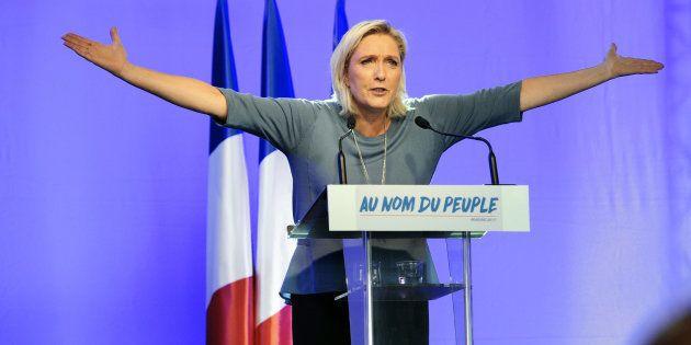 Comparée à Hitler par Guy Bedos, Marine Le Pen perd son