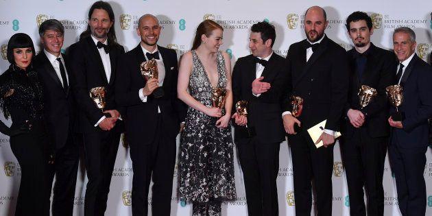Les producteurs Fred Berger, Jordan Horowitz et Marc Platt posent avec la récompense du meilleur film
