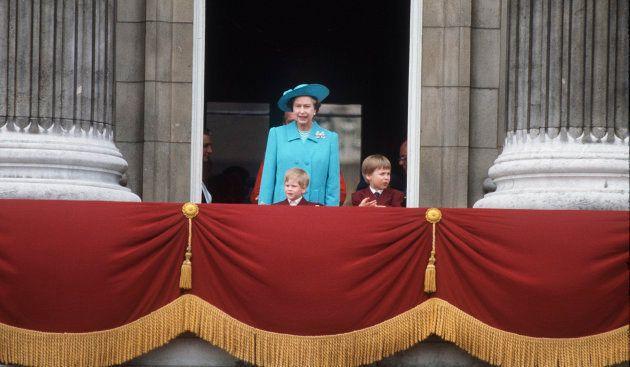 La reine à Buckingham Palace avec les jeunes princes en 1988, lors de la cérémonie du salut au