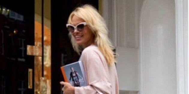 Pamela Anderson en visite à l'ambassade équatorienne de