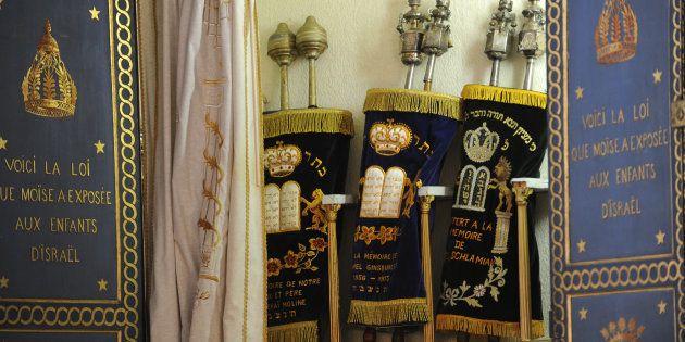 Des Torahs exposées dans la synagogue de Bayonne, en mars 2015, durant