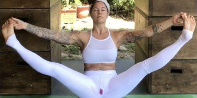 Cette prof de yoga a un puissant message sur les règles à faire passer