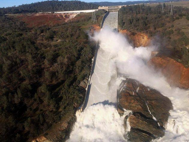 Les images de la fuite géante qui touche le barrage d'Oroville, le plus haut des États-Unis en