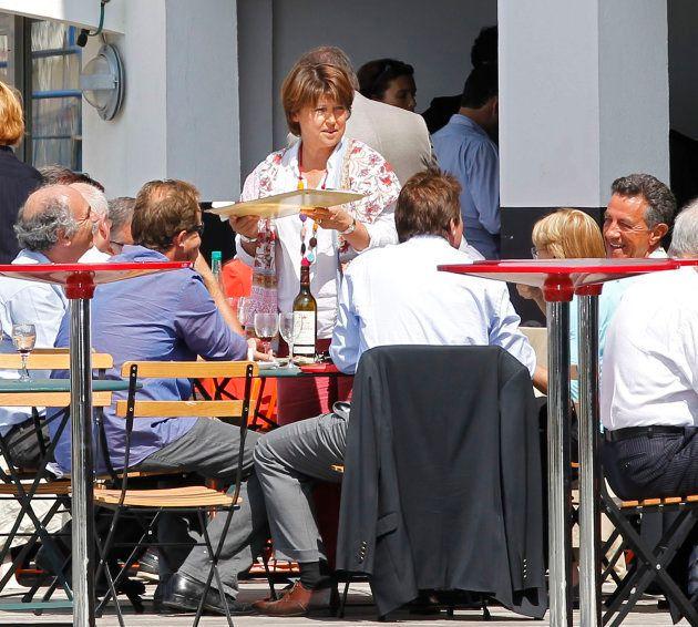 La Première Secrétaire du Parti Socialiste, Martin Aubry, déjeune à la Rochelle pendant le meeting d'été du parti, en 2010