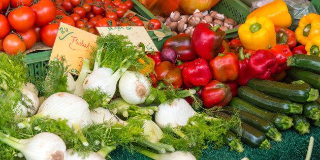 Des légumes bios au marché. Illustration.