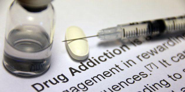 Une seringue et de la drogue, image