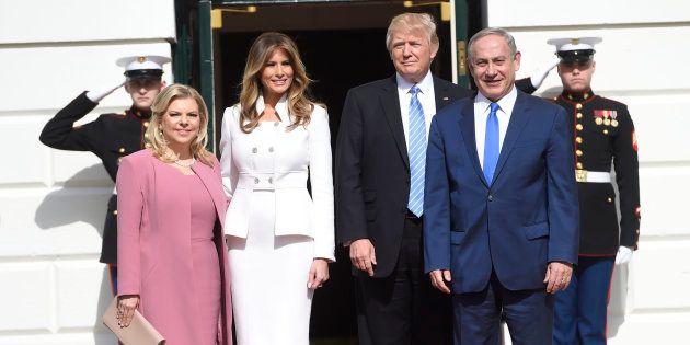 Benjamin Netanyahu et son épouse accueillis par Donald et Melania Trump à la Maison Blanche, mercredi...
