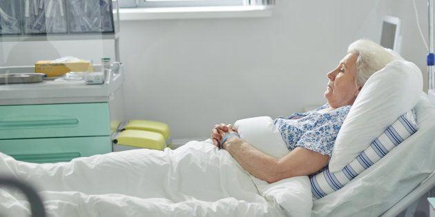 Une femme dans un lit d'hôpital. Illujstration