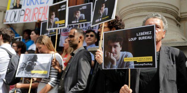 Les soutiens de Loup Bureau, journaliste français détenu en Turquie depuis un mois, lors d'un rassemblement...