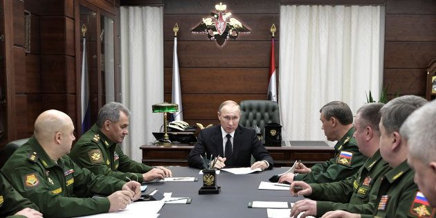 Le Président russe Vladimir Poutine, entouré du ministre de la Défense Sergei Choïgu (à gauche sur la...