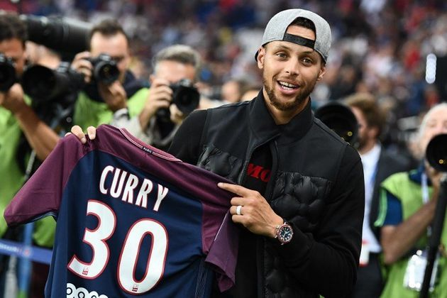 PSG - Saint-Étienne: la star de NBA Stephen Curry donne le coup
