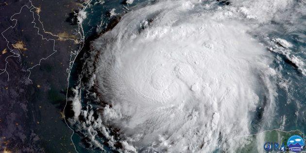 La formation de l'ouragan Harvey au-dessus du golfe du Mexique le 24 août 2017 (image