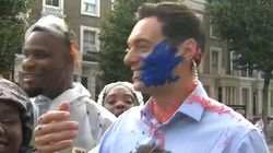 Ce journaliste a terminé son direct au carnaval de Notting Hil recouvert de