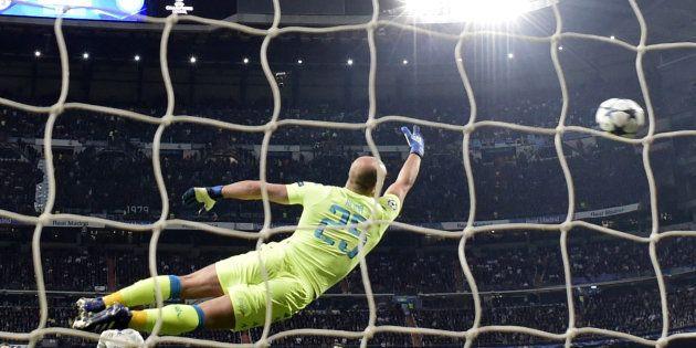 Le gardien du Napoli voit filer la frappe en demi-volée de Casemiro, milieu du Real Madrid, lors de la...