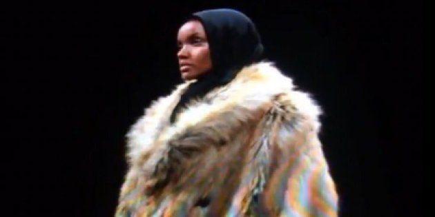 La mannequin américano-somalienne Halima Aden défile lors de la cinquième édition