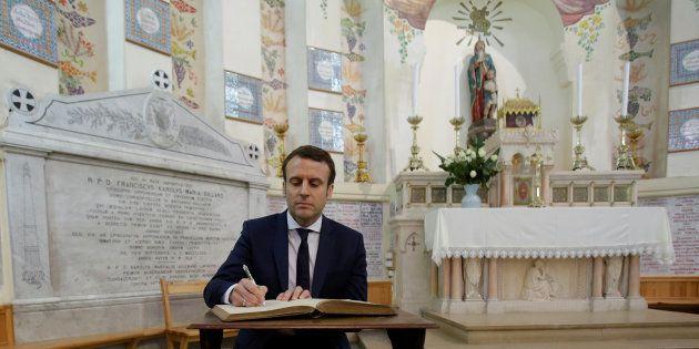 Emmanuel Macron signe un livre d'or à la Basilique Notre-Dame d'Afrique à Alger, le 14 février