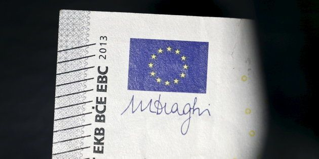 Le drapeau européen et la signature du Président de la BCE Mario Draghi, vus sur un billet de cinq