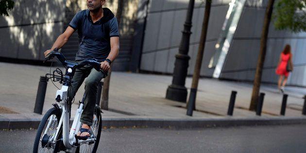 Un homme sur un vélo électrique BiciMad à Madrid, en Espagne, en août
