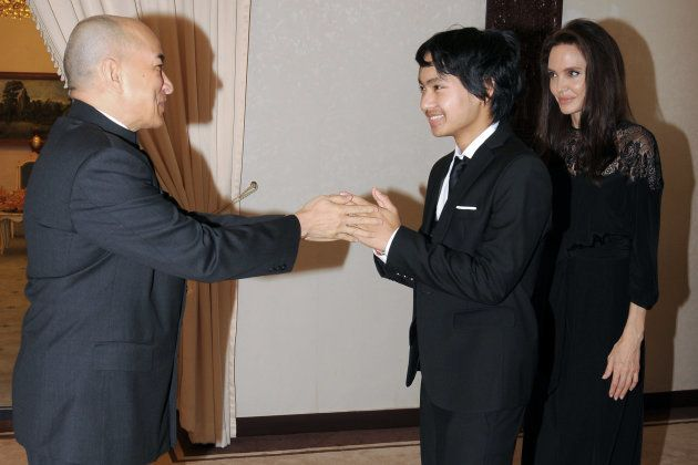 Maddox Jolie-Pitt rencontre le Roi cambodgien Norodom Sihamoni en compagnie de sa mère Angelina