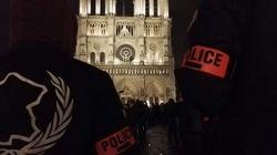 Des centaines de policiers manifestent devant Notre-Dame à