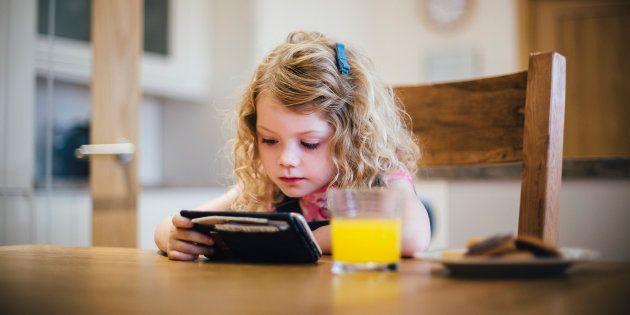 Interdire les écrans aux jeunes enfants? Les spécialistes ne sont pas aussi catégoriques que le ministre