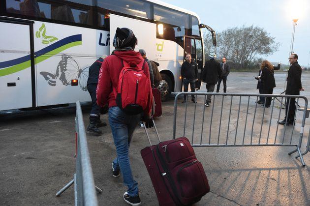 Des migrants embarquent à bord des bus qui les emmèneront dans les centres d'accueil, ce 24