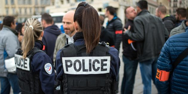 Des agents de police rassemblés sur le Vieux Port de Marseille le 23 octobre