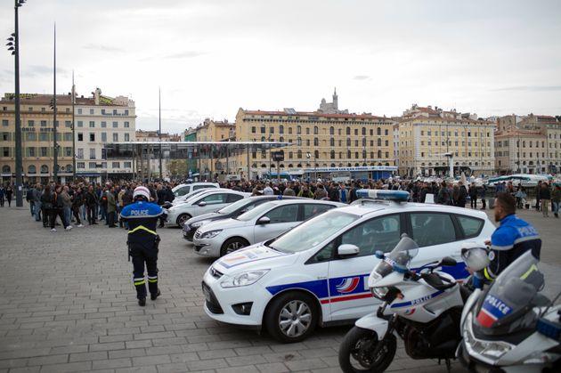 Des policiers rassemblés sur le Vieux Port de Marseille, dimanche 23