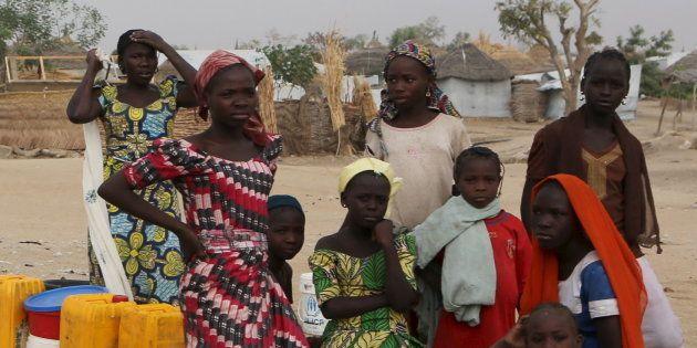 Un policier camerounais dans un camp de réfugiés de Nigérians ayant fuit Boko Aram. REUTERS/Joe