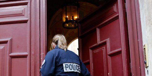 Un officier de police devant la résidence de luxe de Kim Kardashian, rue Tronchet à Paris, le 3 octobre