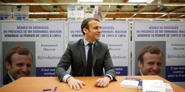 Emmanuel Macron lors d'une séance de dédicaces pour son