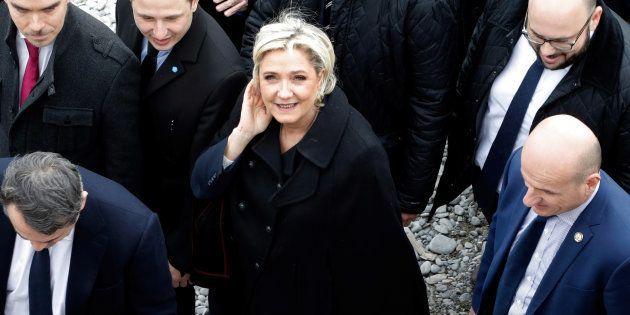 La candidate du FN pour la présidentielle 2017, Marine Le Pen, sur la Promenade des Anglais à Nice, le...
