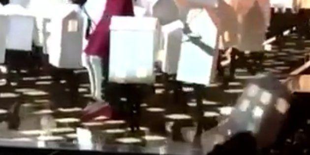Un des danseurs déguisés en maison s'écroule sur le public lors de la performance de Katy