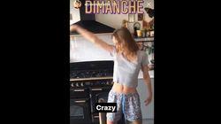 En pyjama, Lily-Rose Depp danse sur