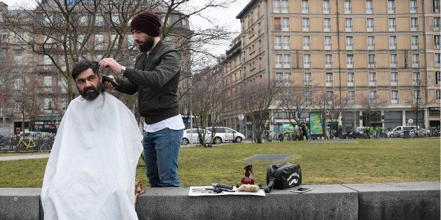 Le coiffeur David Kodat en plein travail à Strasbourg, le 6 février.