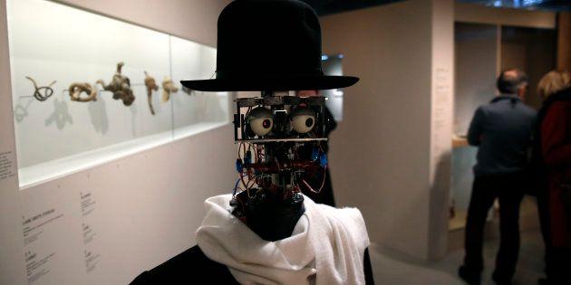 Le robot Berenson se promène parmi les visiteurs durant
