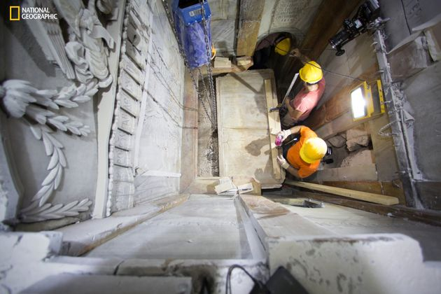 Les scientifiques retirent la plaque de marbre qui scelle le