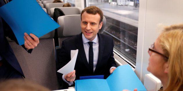 Emmanuel Macron dans un train lors de sa campagne