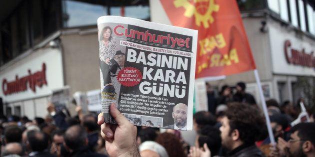 Murat Sabuncu, rédacteur en chef du quotidien d'opposition turc Cumhuriyet a été arrêté. Ce n'est pas...