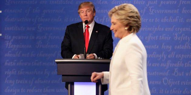 Donald Trump et Hillary Clinton lors du troisième débat présidentiel à Las Begas le 19 octobre 2016....