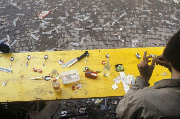 Un homme s'injincte une dose d'héroïne dans Platzspitz Park à Zurich, en 1990