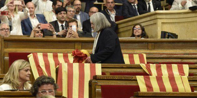 Des drapeaux espagnols laissés par les députés du Parti populaire avant le vote au parlement catalan...