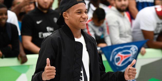 Kilian Mbappé, tout sourire, lors de l'inauguration d'un city stade à