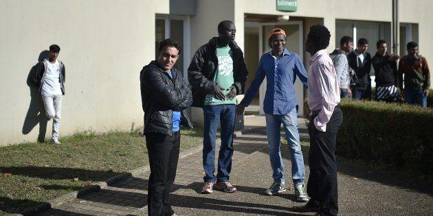 Des migrants devant le centre d'accueil et d'orientation (CAO) de Doué-la-Fontaine, dans le Maine-et-Loire,...