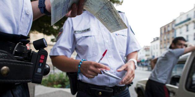 Contrôle d'identité par la police en juillet 2013 à Saint-Denis. AFP PHOTO / FRED