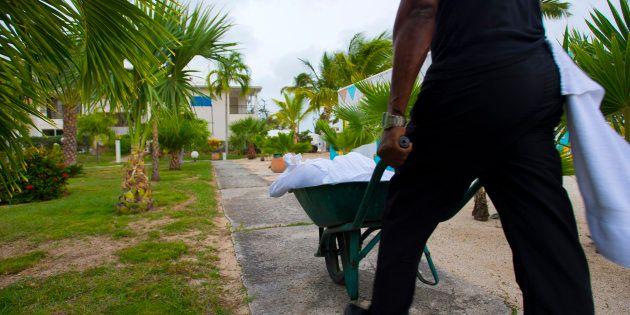 La veille du passage de l'ouragan Irma, un employé de l'hôtel Mercure de Marigot, à Saint-Martin, pousse...