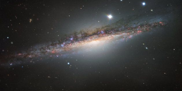 La galaxie spirale NGC 1055, croquée par le Très grand télescope