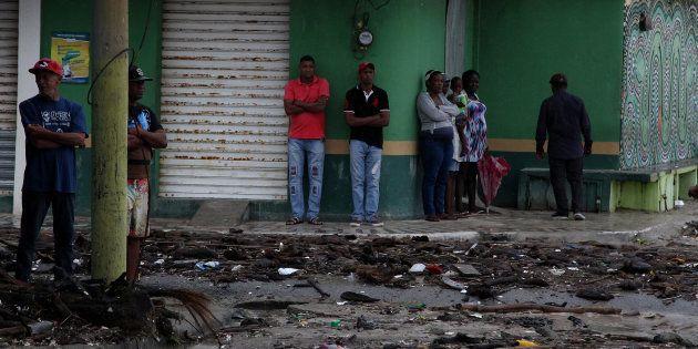 Des habitants contemplent les dégâts causés par le passage de l'ouragan Irma en République